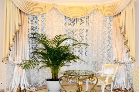 Бархатные шторы с ламбрекенами в гостинной в эркере недорого