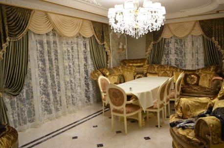 Шторы с ламбрекенами в гостинной с двумя окнами недорого