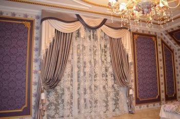 Классические шторы с ламбрекеном в спальне в сиреневых тонах