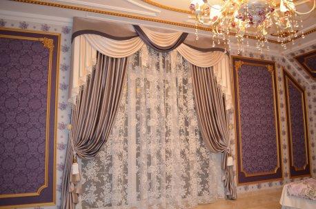 Классические шторы с ламбрекеном в спальне в сиреневых тонах недорого