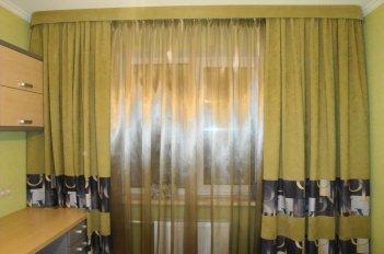 Прямой жесткий ламбрекен в современной квартире