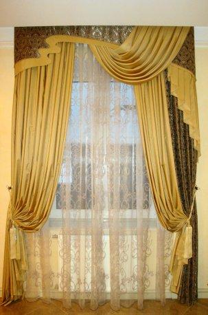 Ламбрекен и шторы - ассиметричный фасон в зале недорого