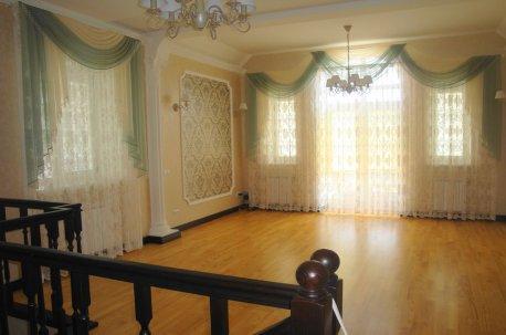 Ламбрекены с гардинами - нарядная гостинная с высокими потолками недорого