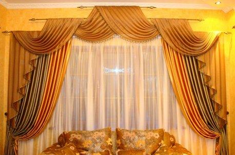 Шторы с ламбрекеном на двухуровневом карнизе - подходящий фасон для комнаты с высокими потолками недорого