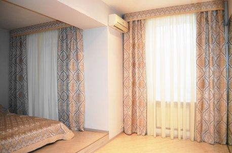 Шторы с ровными жесткими ламбрекенами - оформление спальни с двумя окнами недорого