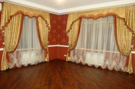Шторы с ламбрекенами в зале - очень оригинальная и нарядная модель недорого
