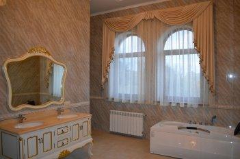 Ламбрекен и гардина на окне в ванной