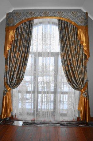 Штора с жестким ламбрекеном на арочном окне недорого