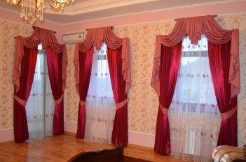 Пример оформления спальни с тремя окнами в доме с высокими потолками