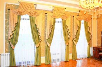 Шторы в спальне с тремя одинаковыми окнами