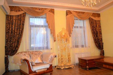 Шторы с ламбрекенами в гостинной - два окна в зеркальном отражении друг от друга недорого