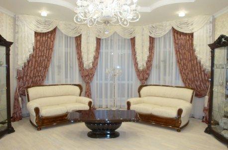 Шторы с ламбрекенами в большом зале - пример оформления эркерного окна недорого
