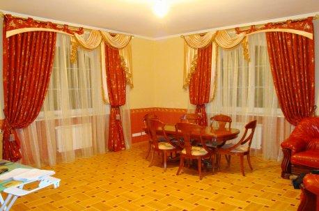 Нарядные шторы с ламбрекеном в зале с двумя окнами недорого