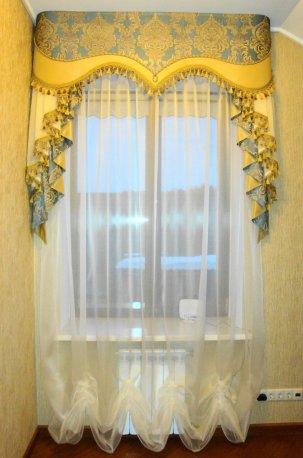 Гардина и ламбрекен - облегченный вариант оформления окна в прихожей недорого