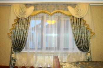 Сочетание жесткого ламбрекена и легкой воздушной ткани придает спальне нарядности