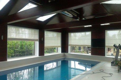 Римские шторы в бассейн из матовой ткани средней плотности - закрывают от посторонних взглядов и оставляют в помещении дневной естественный свет недорого