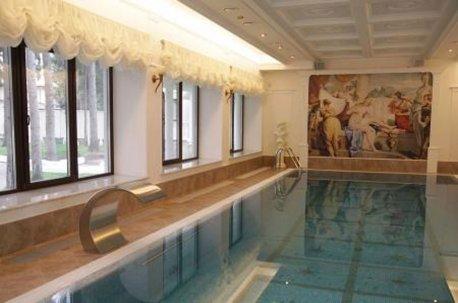 Австрийские шторы на окнах в бассейне создают уютную атмосферу и смотрятся ненавязчиво недорого