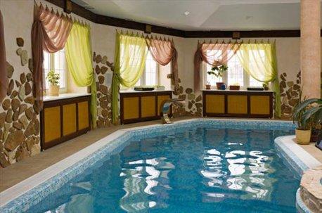 Окна в бассейне оформлены красивыми недорогими шторами недорого