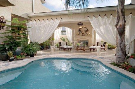 Матовый плотный тюль, висящий на отдельных кронштейнах - оригинальный вариант декорирования бассейна недорого