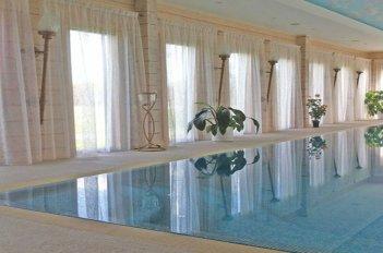 Прозрачная органза на окнах в бассейне