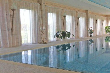 Прозрачная органза на окнах в бассейне создает уют и не закрывает дневной естественный свет недорого