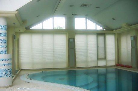 Шторы - плиссе на окнах в бассейне - отличный вариант для оформления окон недорого