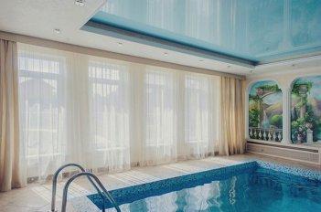 Шторы в бассейне в светлых пастельных тонах