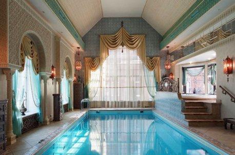 Оформление окон в бассейне нарядными шторами с ламбрекенами тоже возможно, если весь дом выполнен в соответствующем стиле недорого