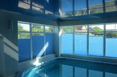 Шторы - плиссе голубого цвета на окнах в большом бассейне смотрятся очень гармонично недорого