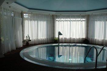 Недорогие однотонные вуали на окнах в бассейне