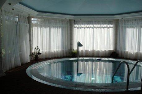 Для бюджетного оформления окон в бассейне шторами можно использовать недорогие однотонные вуали недорого