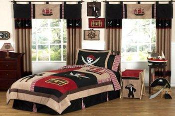 Детская комната в пиратском стиле оформлена бежево - коричневыми шторами