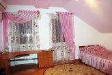 Детская комната с ассиметричными шторами