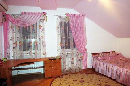 Детская комната с ассиметричными шторами недорого