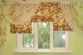 Сочетание римских штор и легкой гардины на окне в детской комнате