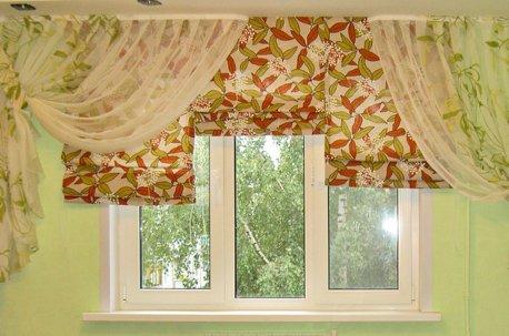 Сочетание римских штор и легкой гардины на окне в детской комнате недорого