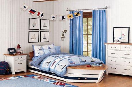 Интерьер детской комнаты в морском стиле дополнен голубыми шторами недорого