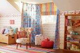 Сочетание римской шторы и ровно висящих штор для детской