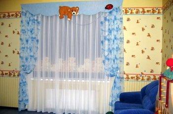 Оригинальный авторский вариант штор на окне в детской комнате