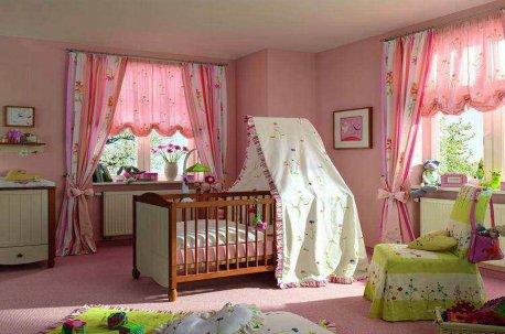 Ровные классческие шторы в сочетании с австрийскими шторами на окнах в детской комнате недорого