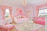 Комната девочки оформлена розовыми шторами