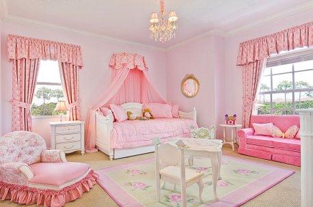 Комната девочки оформлена розовыми шторами недорого
