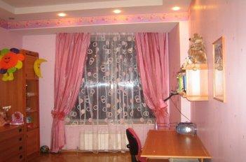 Розовые шторы в детской