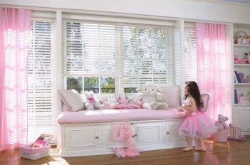 В детской комнате девочки висят розовые легкие занавески