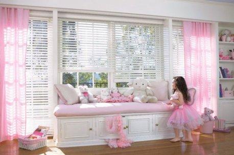 В детской комнате девочки висят розовые легкие занавески недорого