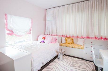 Пример оформления детской комнаты белыми шторами с розовым декором недорого