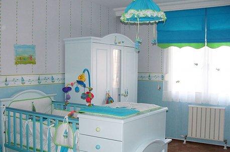 Сочетание чистого бирюзового и белого цвета выглядит освежающе в интерьере детской комнаты недорого