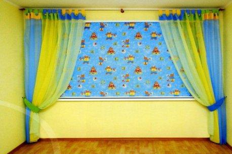 Комплект штор в детской комнате - римская штора и шторы на люверсах недорого