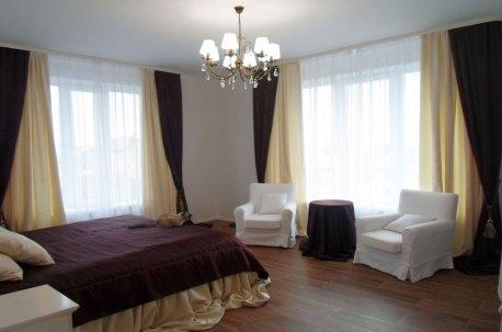 Шторы на окнах в спальне без ламбрекенов из контрастных однотонных тканей недорого
