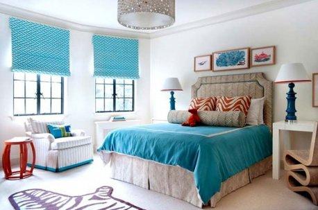 Римские шторы бирюзового цвета на окнах в спальне дополняются покрывалом из той же ткани недорого